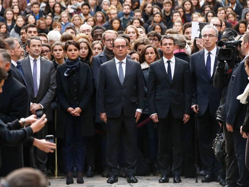 Acompanhado por ministros de seu governo na Universidade de Sorbonne, em Paris, o presidente da França, François Hollande, presta minuto de silêncio em homenagem às vítimas dos ataques