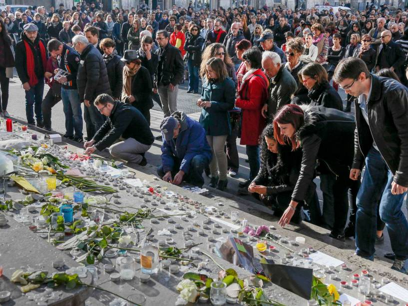 Pessoas prestam homenagem às vítimas dos atentados terroristas em Paris