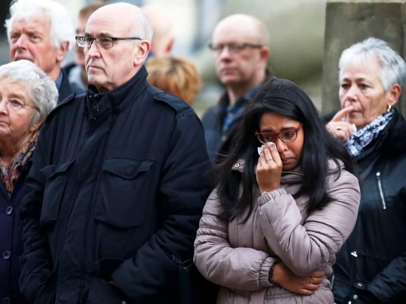 Pessoas prestam minuto de silêncio em homenagem às vítimas dos atentados terroristas de Paris no St Georges Hall em Liverpool, Inglaterra