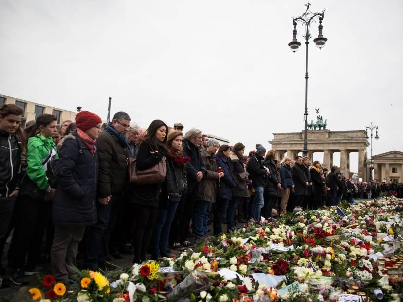 Pessoas fazem um minuto de silêncio em Paris em homenagem às vítimas de atentados terroristas