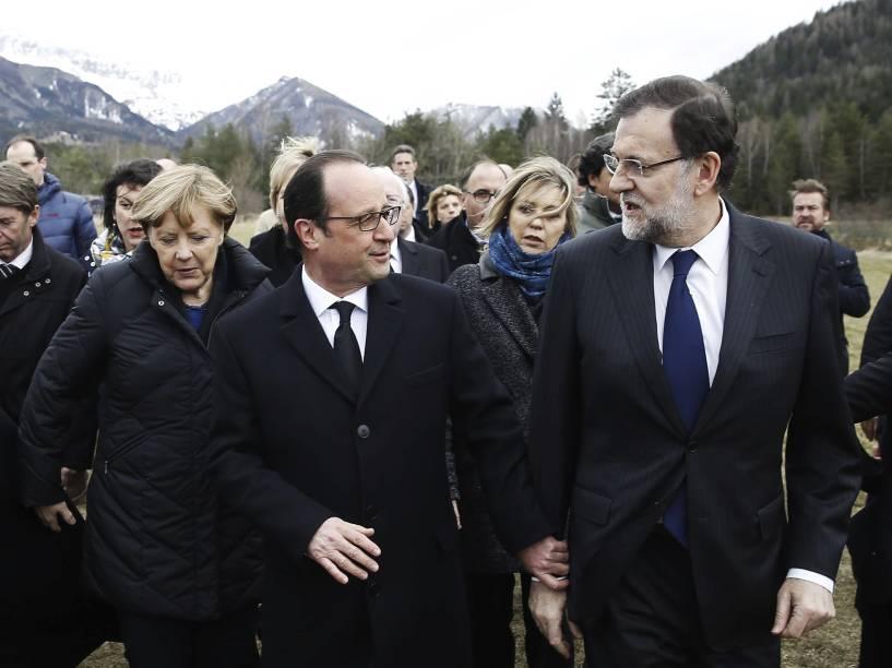 <p>O presidente da França, François Hollande, a chanceler da Alemanha, Angela Merkel, e o chefe de governo da Espanha, Mariano Rajoy, se reuniram no local da tragédia com o Airbus A320 da Germanwings, em Seynes-les-Alpes, na França</p>