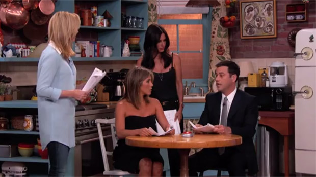 Courteney Cox (Monica), Jennifer Aniston (Rachel) e Lisa Kudrow (Phoebe) fazem esquete sobre Friends no talk-show de Jimmy Kimmel na ABC