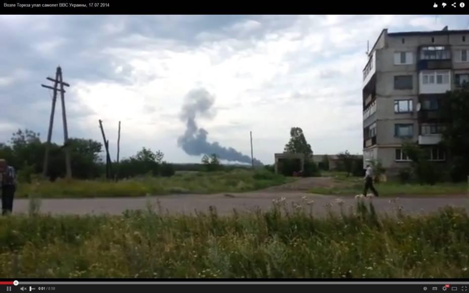 Fumaça do avião, em imagem feita por um moradornoleste da Ucrânia
