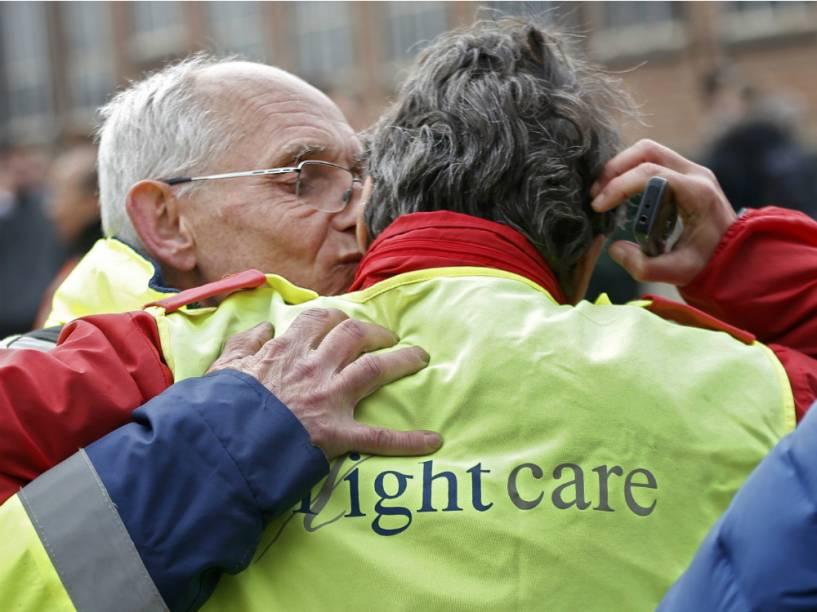 Funcionários do Aeroporto de Bruxelas se abraçam após o ataque terrorista