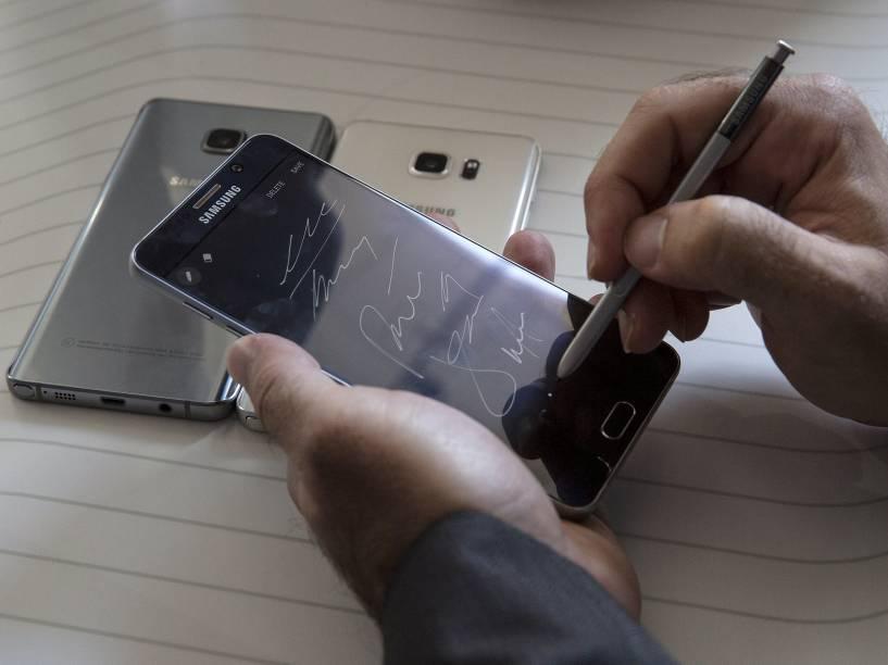 A caneta do Galaxy Note 5 pode ser acionada com um toque de botão, antes era preciso pegá-la com a mão