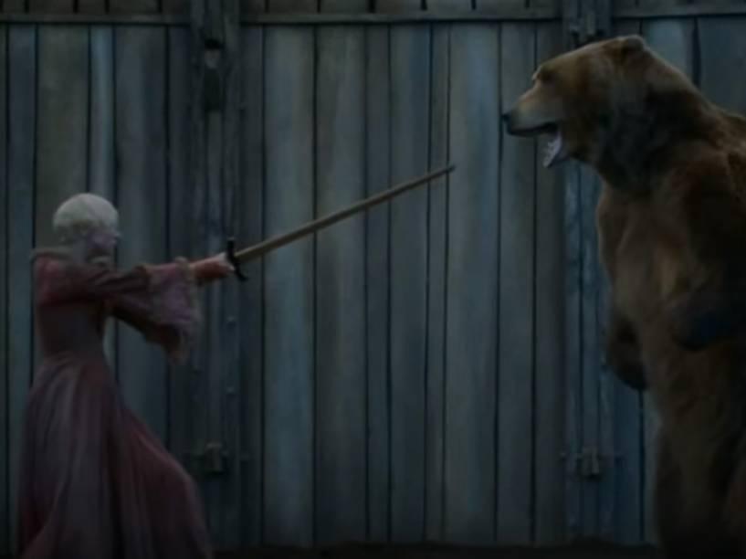 Brienne (Gwendoline Christie) luta contra urso em 'Game of Thrones'