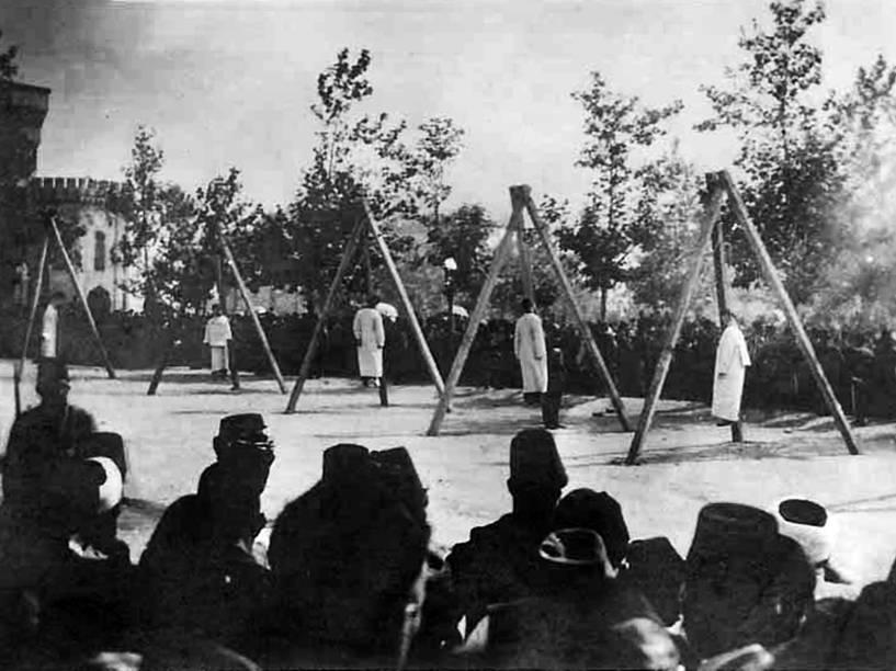 Vítimas penduradas durante o genocídio que matou cerca de 1,5 milhão de pessoas