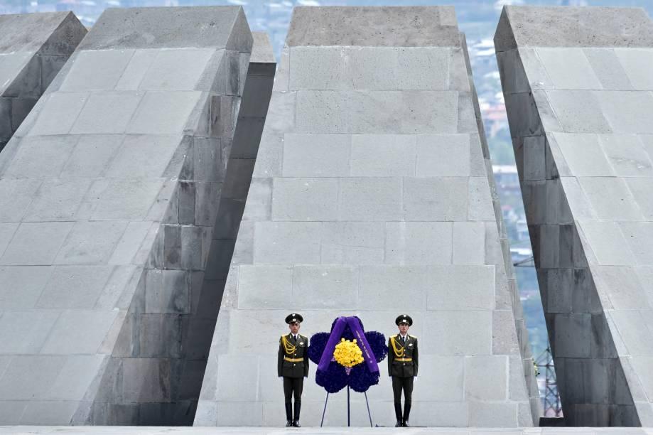 Soldados durante o memorial de Tsitsernakaberd, Yerevan, em cerimônia de homenagem aos mortos no genocídio armênio nesta sexta-feira (24)