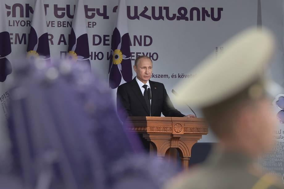 O presidente russo, Vladimir Putin, faz discurso durante cerimônia de celebração do 100º aniversário do genocídio armênio no Memorial Tsitsernakaberd, em Yerevan