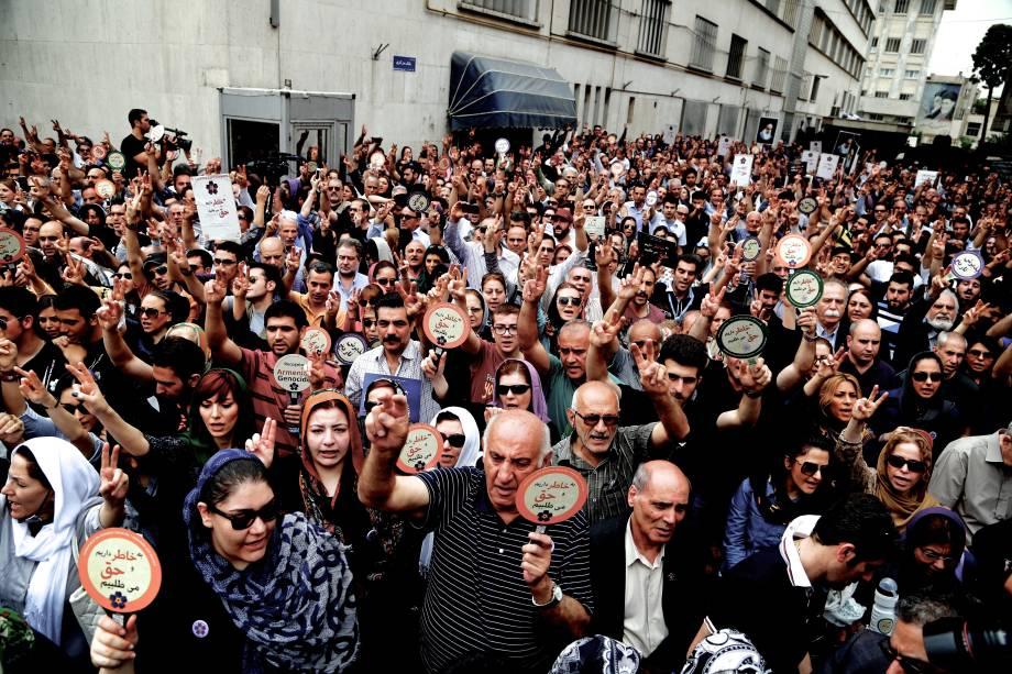 Manifestantes gritam slogans em frente à embaixada da Turquia em Teerã, para marcar os 100 anos do genocídio contra os armênios em 1915