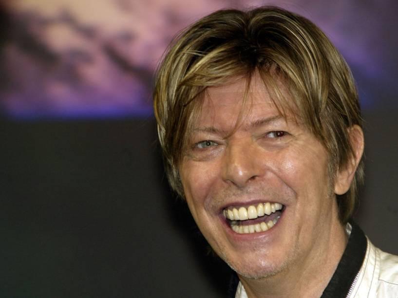 David Bowie em evento na Oxford Street, na Inglaterra, em 2002