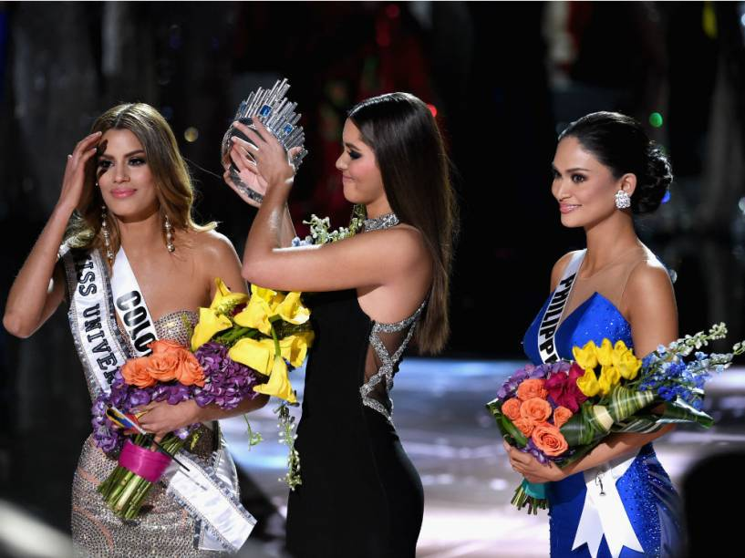 Miss Universo 2015: Miss Colombia é anunciada vencedora por engano, e precisa entregar a coroa para a filipina Pia Alonzo Wurtzbach