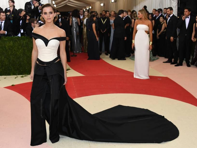 Emma Watson usa vestido feito com plástico reciclável no MET Gala 2016