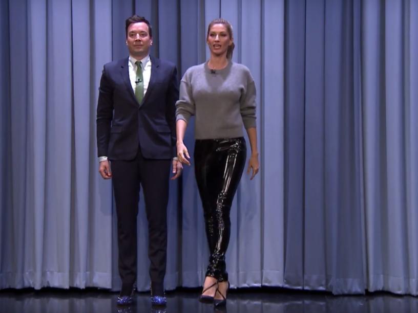 Gisele Bündchen ensina o apresentador de TV americano Jimmy Fallon a desfilar