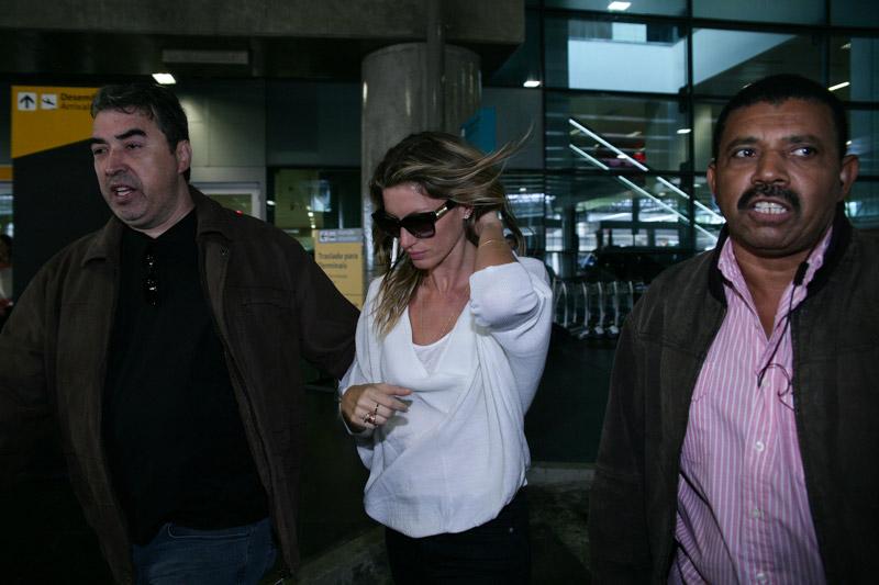 Gisele Bündchen desembarca em Guarulhos para o desfile de despedida das passarelas, que faz nesta quarta, 16 de abril, pela Colcci, no SPFW