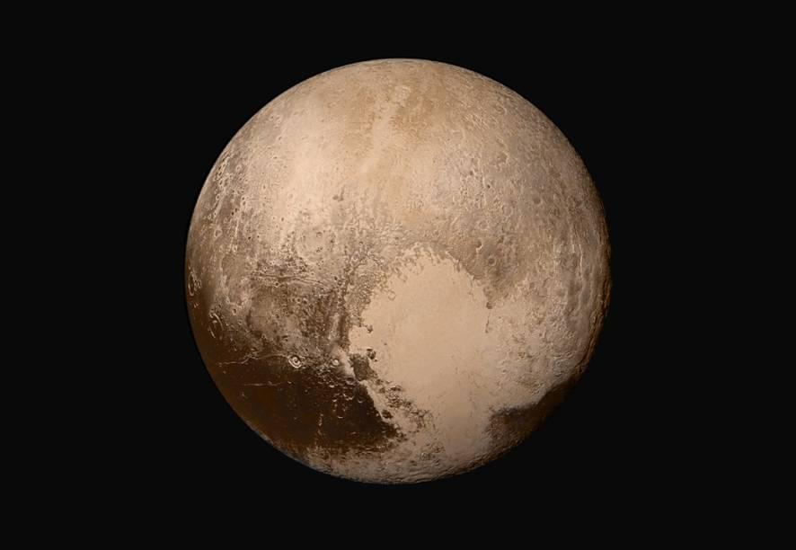 <p>Essa imagem revela Plutão em suas cores originais e tem resolução duas vezes maior que a última imagem do planeta anão, divulgada durante o rasante histórico. A foto foi feita com a combinação de quatro imagens tiradas pela Long Range Reconnaissance Imager (Lorri) quando a sonda New Horizons estava a 450.000 quilômetros de Plutão.</p>