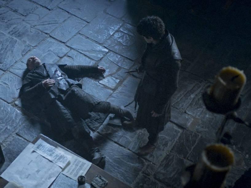 Roose Bolton (Michael McElhatton) é assassinado pelo próprio filho Ramsay (Iwan Rheon) em Game of Thrones