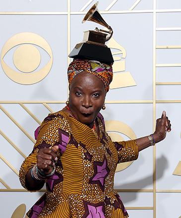 Cantora e compositora Angelique Kidjo, posa para fotos com seu prêmio, durante a 58ª edição do Grammy, premiação que elege os melhores da música internacional, que acontece nesta segunda-feira (15)