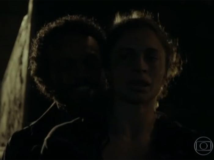 Larissa (Grazi) é atraída com a promessa de drogas e é violentada por diversos homens em Verdades Secretas