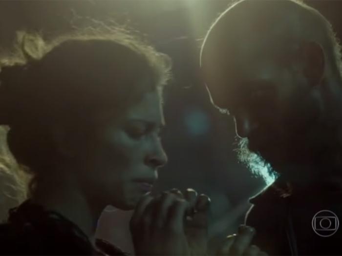 Viciada, Larissa (Grazi) é atraída por homem que promete a ela uma droga da boa