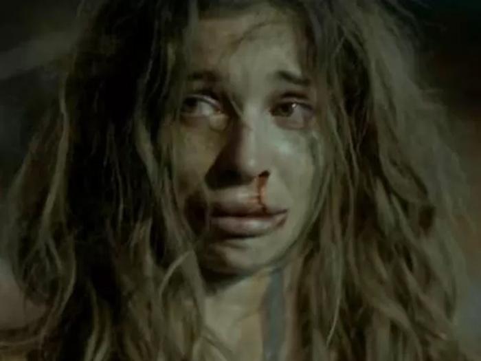 Larissa (Grazi) fica destruída depois de ser violentada por diversos homens em Verdades Secretas