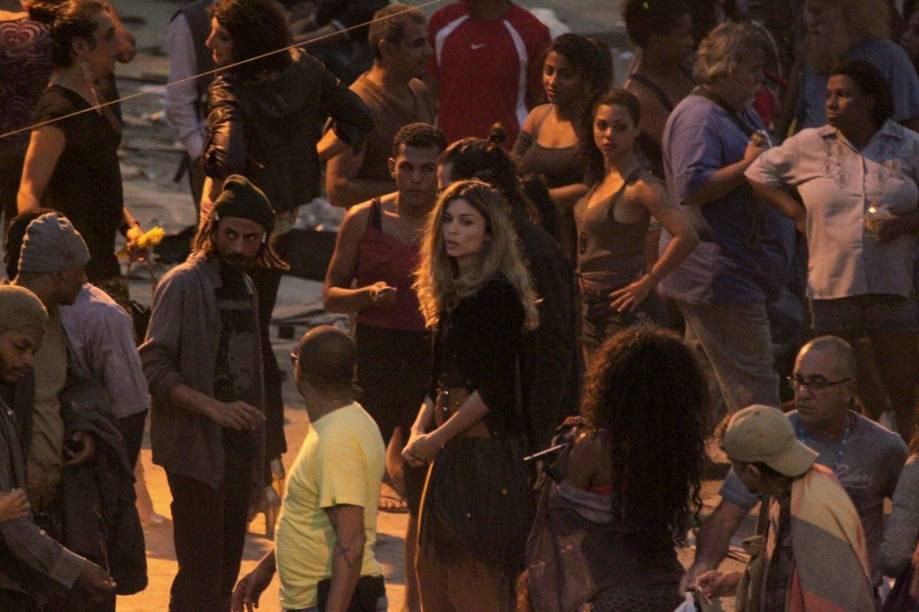 Larissa (Grazi Massafera) e o namorado e traficante Roy (Flávio Tolezani) afundam no crack na novela Verdades Secretas