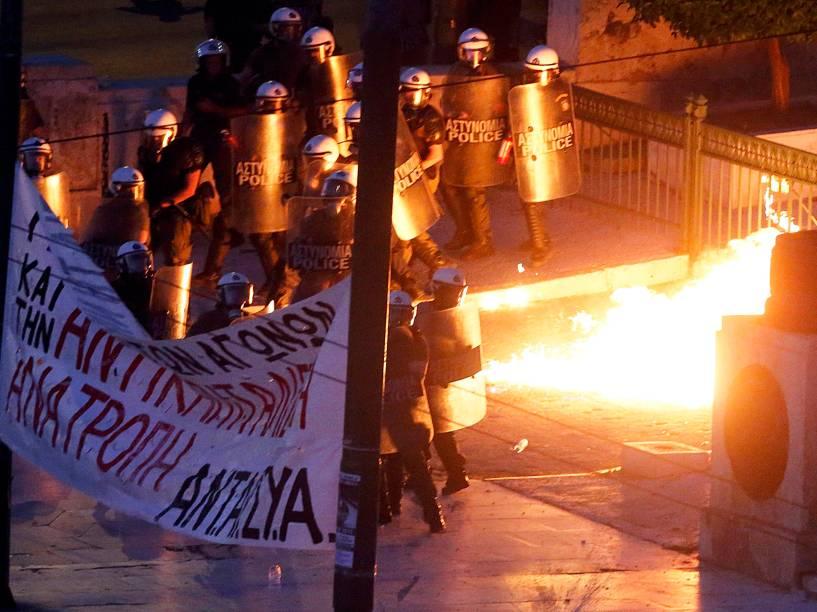 Polícia de choque tenta conter um grupo manifestante durante protesto em frente ao Parlamento de Atenas, Grécia - 15/07/2015
