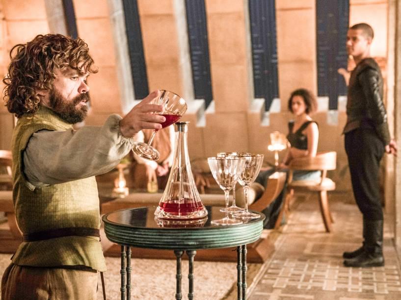 Peter Dinklage (Tyrion Lannister), Nathalie Emmanuel (Missandei) e Jacob Anderson (Grey Worm) em cena da sexta temporada da série Game of Thrones