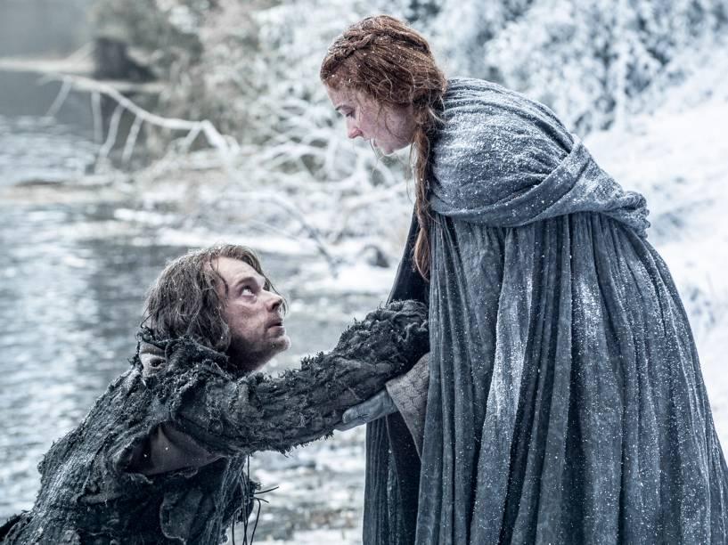 Alfie Allen (Theon Greyjoy) e Sophie Turner (Sansa Stark), em cena da sexta temporada da série Game of Thrones