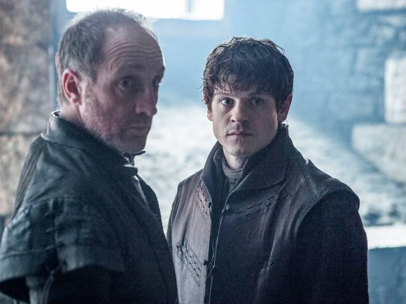 Michael McElhatton (Roose Bolton) e Iwan Rheon (Ramsay Bolton), em cena da sexta temporada da série Game Of Thrones