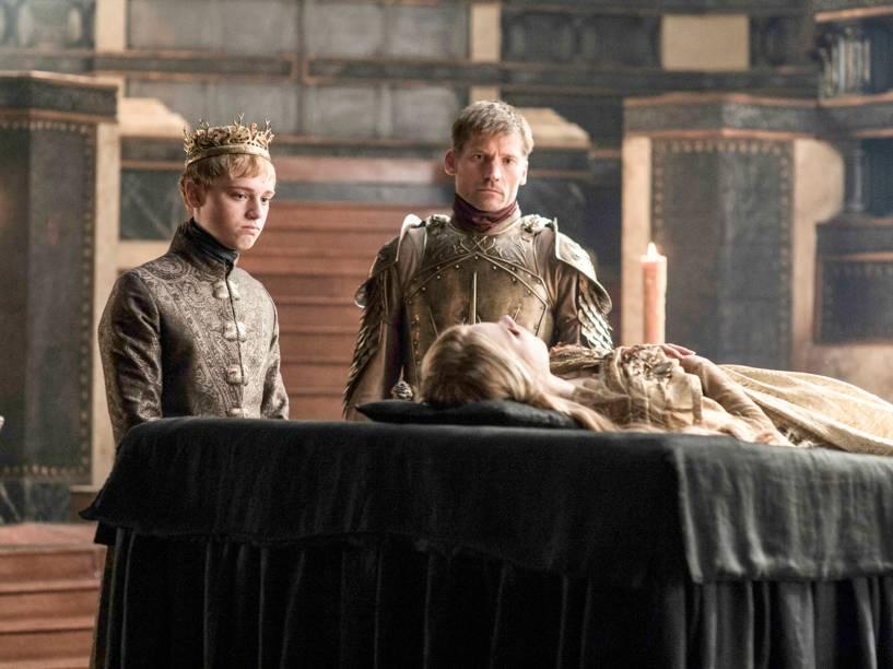 Dean-Charles Chapman (Tommen Baratheon) e Nikolaj Coster-Waldau (Jaime Lannister), em cena da sexta temporada da série Game of Thrones