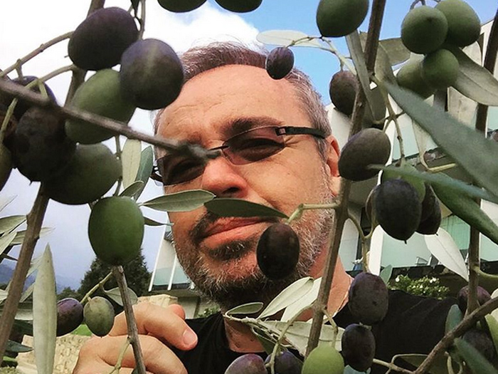 O apresentador Gugu Liberato de cabelos e barba grisalhos, durante férias na Europa
