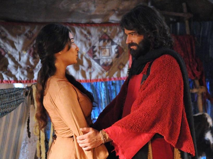 Moisés (Guilherme Winter) e Zípora (Gisele Itié) em cenas da segunda temporada de Os Dez Mandamentos, telenovela da Record