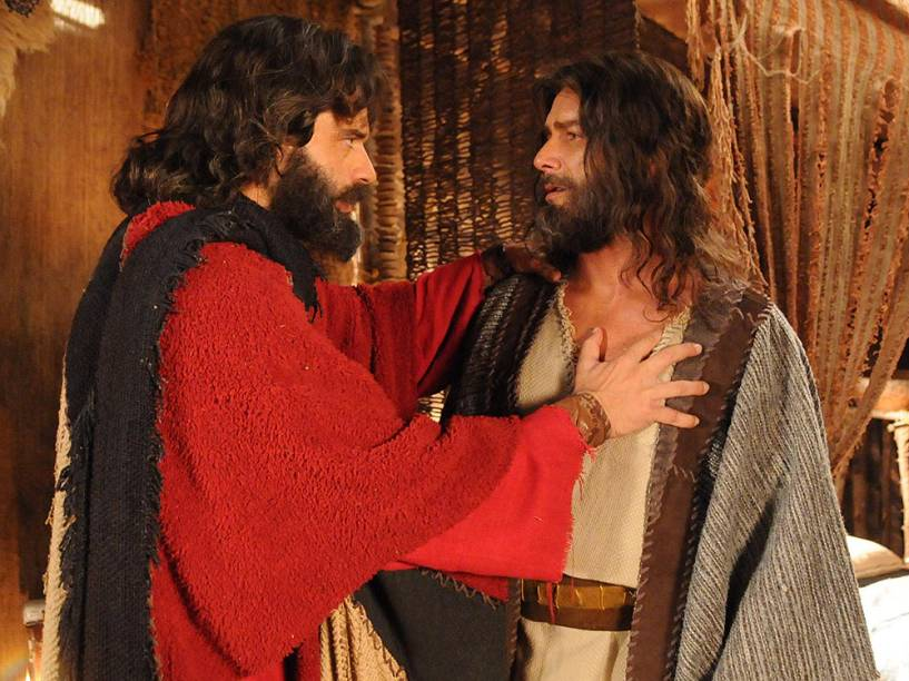 Moisés (Guilherme Winter) e Arão (Petrônio Gontijo) em cenas da segunda temporada de Os Dez Mandamentos, telenovela da Record