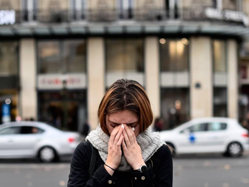 Mulher faz sua homenagem às vítimas do atentado próximo aos bares alvos de tiroteio na noite de ontem
