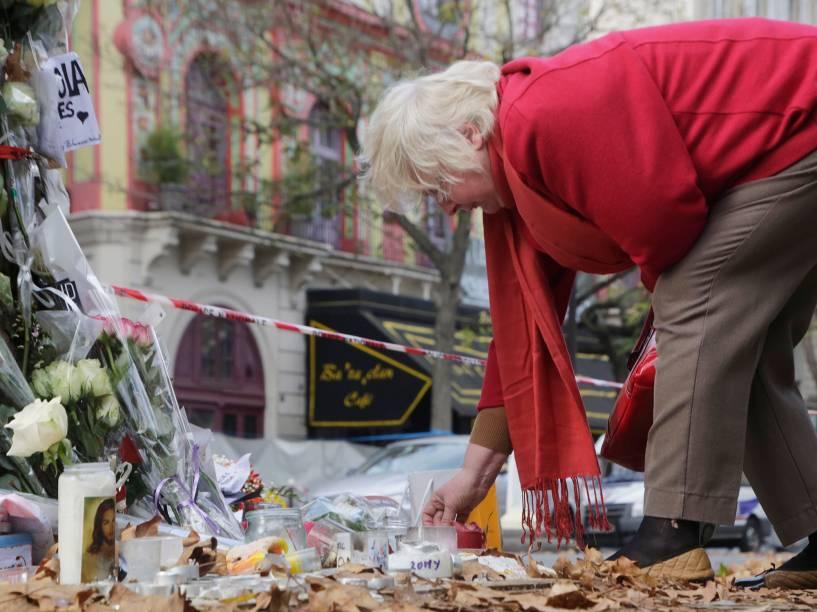 Pessoas deixam flores na porta da casa de espetáculos Bataclan, onde terroristas fizeram centenas de reféns nos ataques