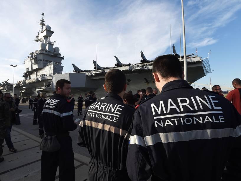 A França decidiu acionar o porta-aviões para o combate ao grupo extremista Estado Islâmico