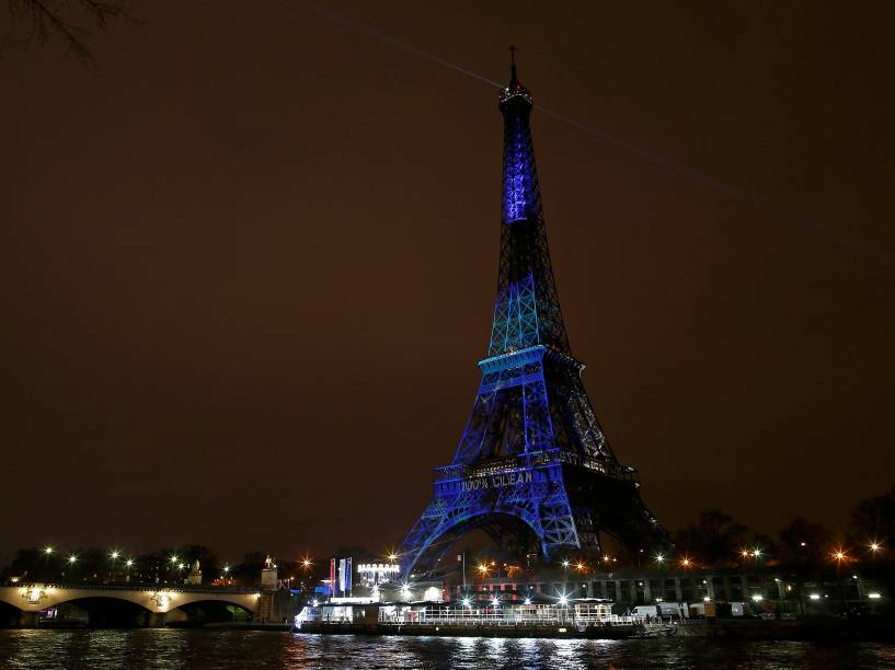 Torre Eiffel é iluminada com as cores francesas em homenagem às vítimas dos ataques terroristas da última sexta-feira (13) em Paris