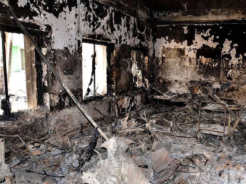 Imagem divulgada pelo Médicos Sem Fronteiras mostra hospital da organização danificado por um incêndio na cidade afegã de Kunduz após ter sido atingido por um ataque aéreo