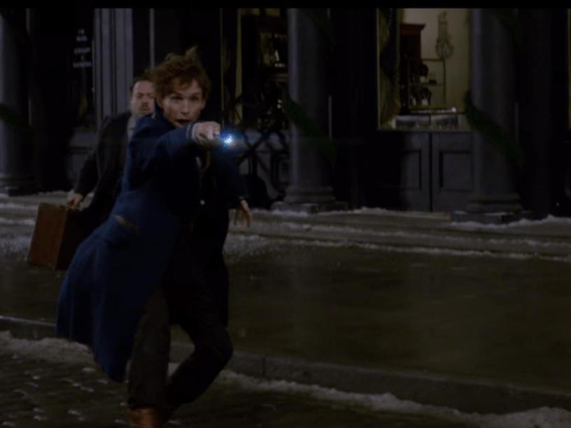 Eddie Redmayne em cena do filme <em>Animais Fantásticos e Onde Habitam</em>, que é derivado de <em>Harry Potter</em>