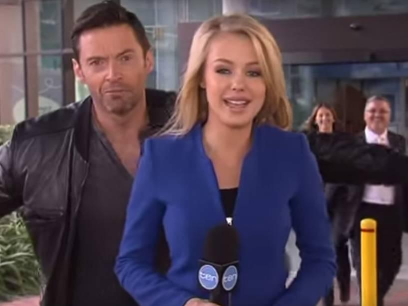 Hugh Jackman brinca com repórter na TV australiana