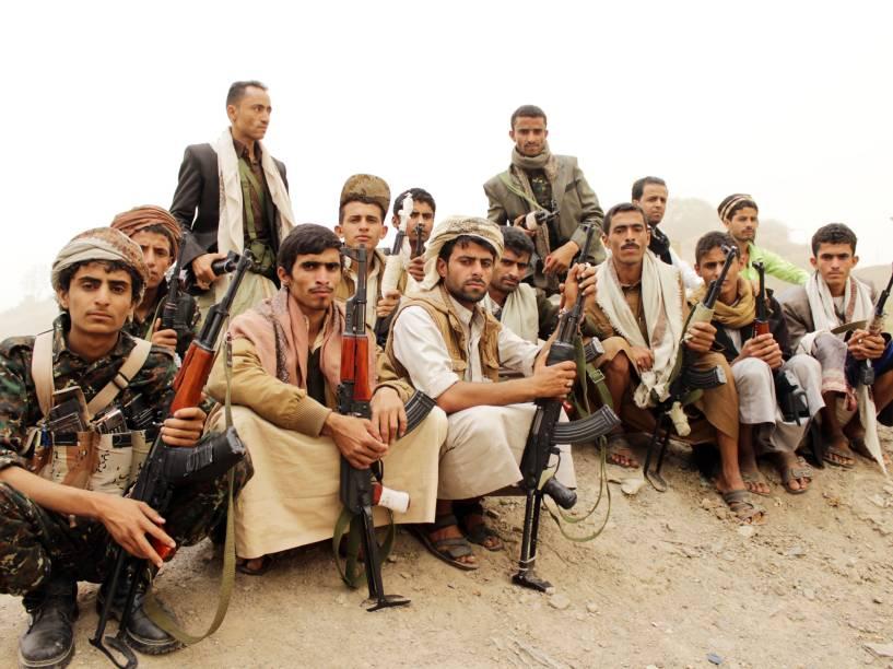 Defensores da milícia xiita houthi, durante protesto no Iêmen