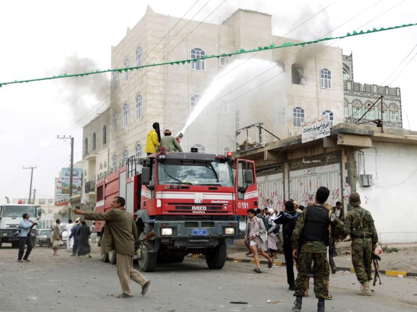 Na capital de Sana, bombeiros tentam combater incêndio causado por ataque aéreo promovido pela coalizão árabe contra os rebeldes houthis xiitas e seus aliados