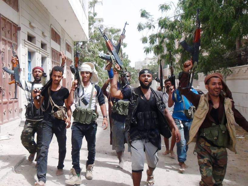 Rebeldes gritam slogans na cidade iemenita de Aden durante os confrontos entre xiitas e as forças leais ao presidente Abd Rabo Mansur Hadi