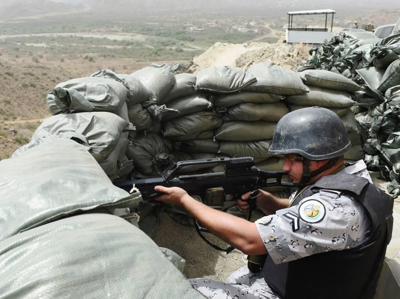 Membro da guarda da Arábia Saudita vigia a fronteira com o Iêmen