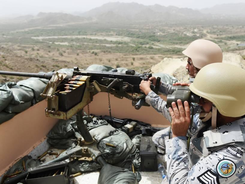 Membros da guarda da fronteira da Arábia Saudita se posicionam em ponto de vigia da fronteira com o Iêmen