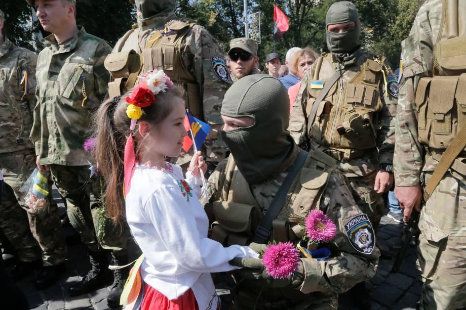 Em Kiev, parentes e amigos se despedem de soldados voluntários enviados para a parte oriental da Ucrânia para se juntar a unidade de combate do batalhão especial contra os separatistas pró-Rússia