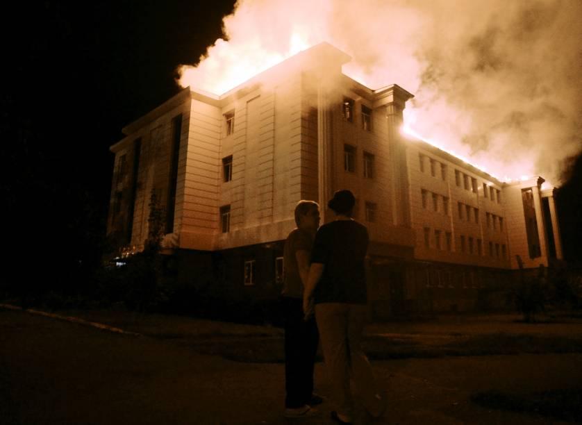Fogo consome uma escola no centro de Donetsk, cidade controlada pelos rebeldes no leste da Ucrânia, depois de ser atingida por um bombardeio