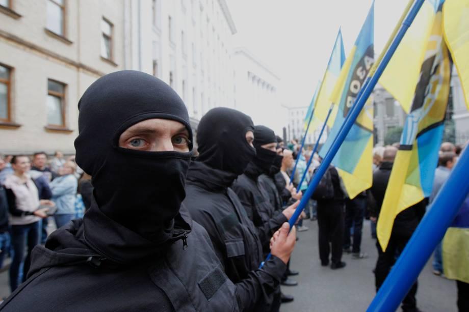 Membros do batalhão de defesa nacional são vistos durante uma marcha em frente ao escritório da Administração Presidencial, em Kiev, como forma de apoio aos soldados que cumprem missão no leste da Ucrânia