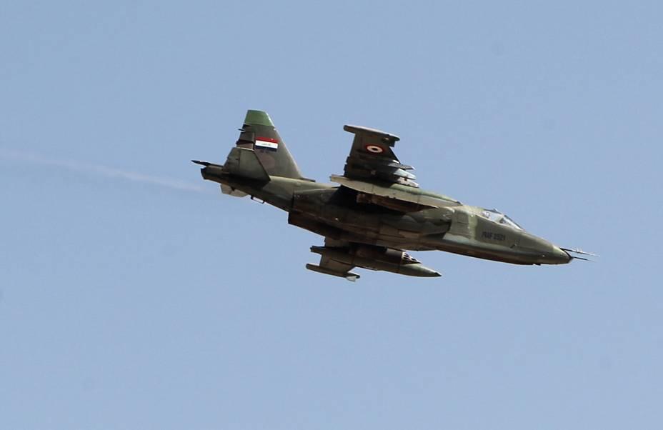 Um caça iraquiano é visto ao sobrevoar a cidade de Amerli, dominada por militantes radicais do Estado Islâmico desde junho. Segundo informações oficiais divulgadas nesta quarta-feira (03), as forças nacionais do Iraque já recuperaram parte do território